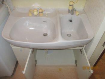 2つボウルがある洗面台。収納が少ない