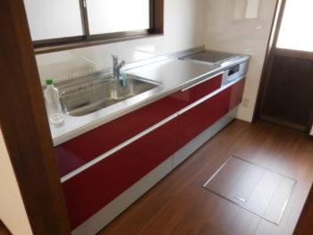 深みのある赤色のキッチン(台所)にリフォーム