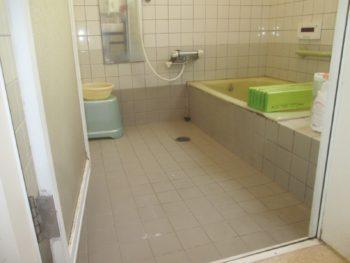 岡山市 リフォーム前のタイルの浴室